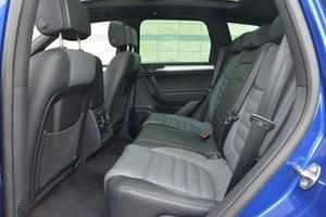 Z tyłu miejsca jest tyle, co w luksusowej limuzynie. Można założyć nogę na nogę. /Motor