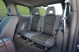 Z tyłu w wersji 3d zamontowano 2 fotele: każdy można oddzielnie składać do pozycji pionowej. /Motor