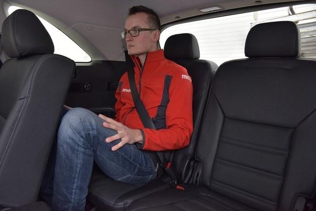 Z tyłu wysokim pasażerom (ponad 180 cm) brakuje miejsca na głowę i podparcia pod uda. /Motor