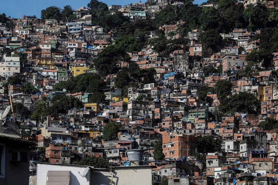 Z wirusem walczy też społeczność faweli Rocinha - dzielnicy Rio de Janeiro /Antonio Lacerda /PAP/EPA