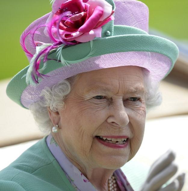 Z własnych pieniędzy Elżbieta II utrzymuje dwa pałace /AFP