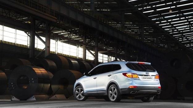 """Z wyglądu Grand różni się od """"krótkiego"""" Santa Fe m.in. zderzakami, lampami i osłoną chłodnicy. Auto porusza się na kołach z 18- lub 19-calowymi obręczami. /Hyundai"""