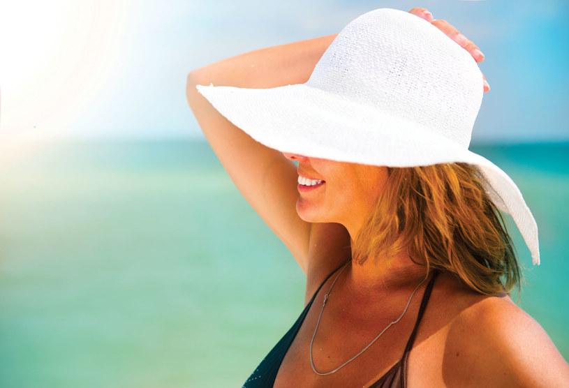 Z wygrzewania się na ciepłym piasku powinny korzystać osoby z bólami stawów /123RF/PICSEL