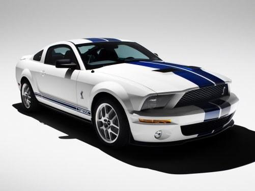 Z zewnątrz GT500 wyróżnia się pasami wzdłuż nadwozia i... /Ford