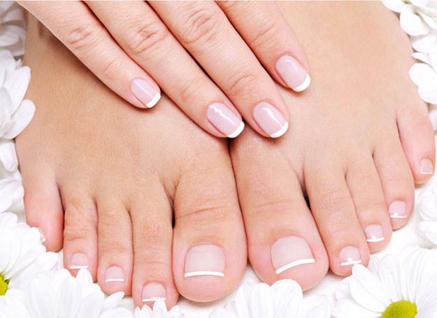 Za bóle stóp i kostek mogą być odpowiedzialne choroby /123RF/PICSEL