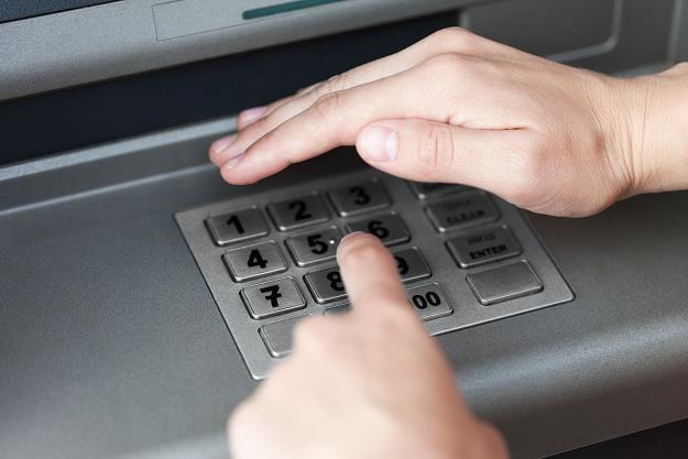 Za darmo będzie można wykonać co miesiąc pięć wypłat z bankomatów /©123RF/PICSEL