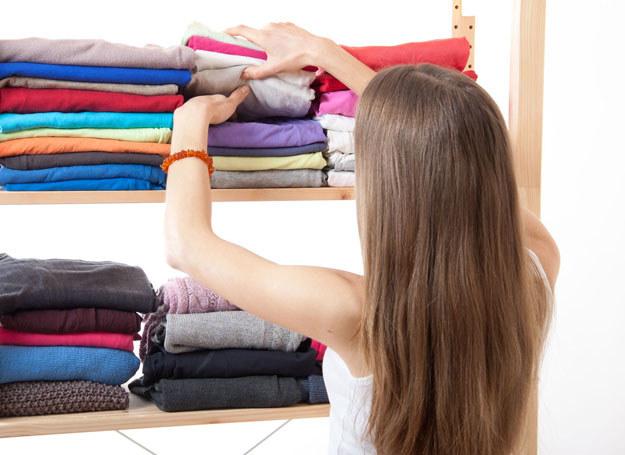 Za dużo ubrań to trudności z wyborem. Zacznij od wydzielenia klasycznych fasonów, np. biała koszula, dżinsy, ciemna spódnica /123RF/PICSEL