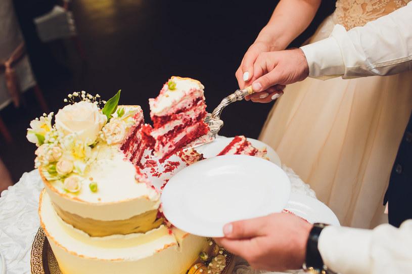 Za duży tort? Słodkości można zapakować gościom do domu /123RF/PICSEL