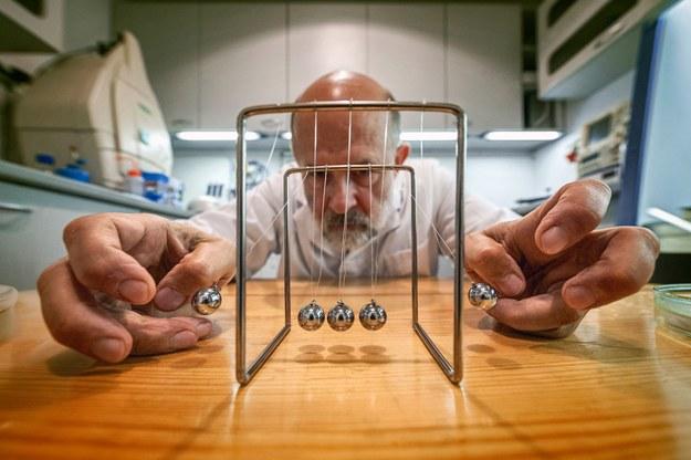 Za efekt odpowiada balistyczny transfer energii między cząsteczkami gazu a powierzchnią cieczy – analogiczny do mechanizmu napędzającego wahadło Newtona /IChF PAN, Grzegorz Krzyżewski /Materiały prasowe