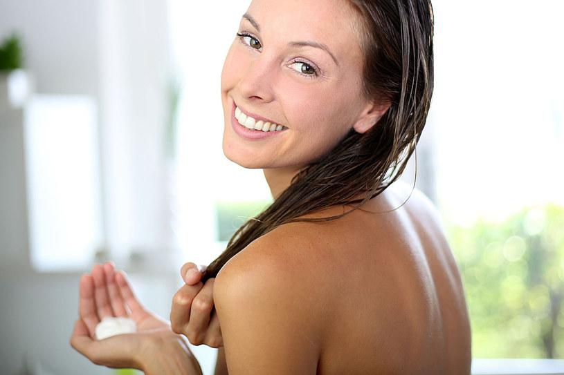 Za kilka groszy możesz starannie i naturalnie pielęgnować swoje włosy /123RF/PICSEL