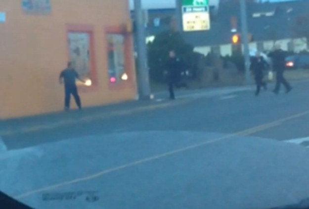 Za moment policjanci zastrzelą bezbronnego Antonio Zambrano-Montesa /YouTube