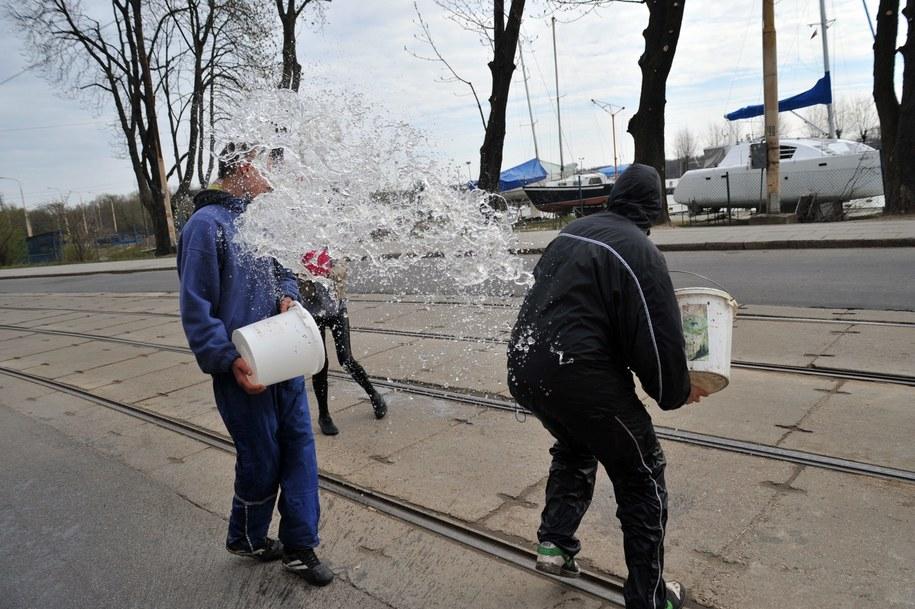 Za oblanie wodą grozi nawet 500 zł mandatu /Marcin Bielecki /PAP