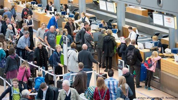 Za opóźniony lub odwołany z winy linii lotniczych lot pasażerom przysługuje od 250 euro do 600 euro /Deutsche Welle