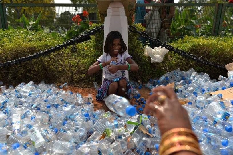 Za plastikem stoją ogromne pieniądze /AFP