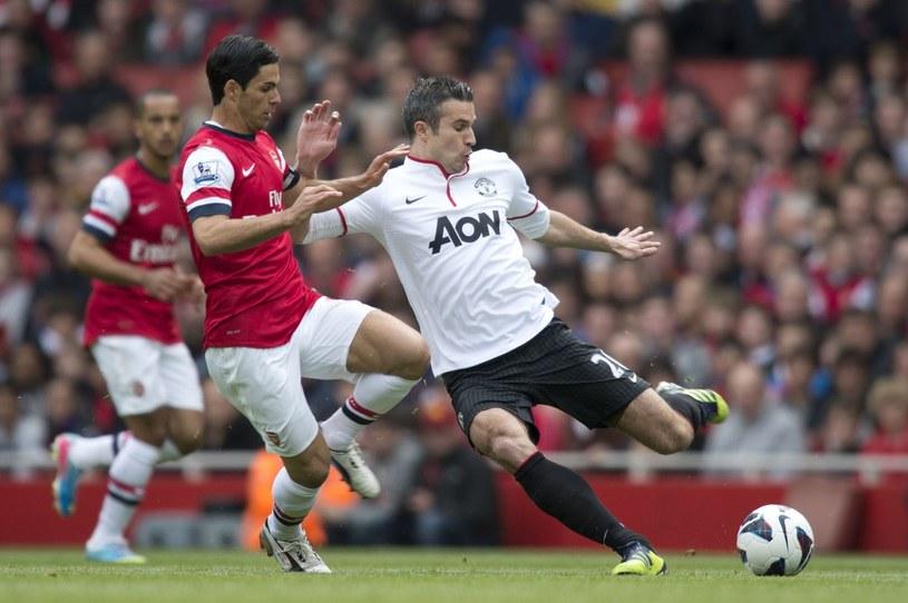 Za pokazywanie w akcji Robina van Persiego (z prawej) i wszystkich piłkarzy Manchesteru United telewizja zapłaciła 60 mln funtów. Za grę Mikela Artety (z lewej) i całego Arsenalu TV wyłożyła 57 mln funtów. /AFP