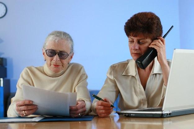 Za polecenie pracownika można dobrze zarobić /123RF/PICSEL