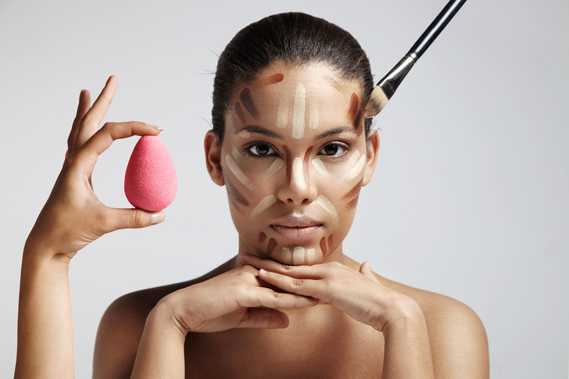 Za pomocą mokrej palety do konturowania możesz wymodelować swoją twarz /123RF/PICSEL