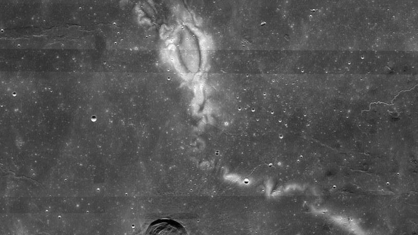 Za powstawanie bruzd na Księżycu odpowiadają skały magnetyczne? /materiały prasowe