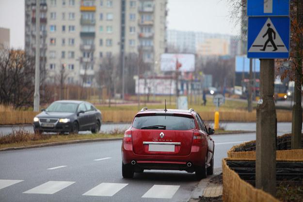 Za przejściem dla pieszych nie można parkować. Jednak wyjątkowo jest to dozwolone na drodze jednokierunkowej. /Motor