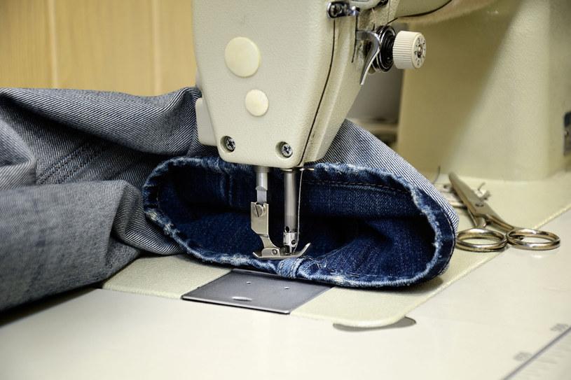 Za skrócenie nogawek zapłacisz u krawcowej ok. 10-15 zł, w zależności od rodzaju materiału. Jeśli masz rodzinę i w ciągu roku dopasowujesz np. sześć par spodni, będzie Cię to kosztować ok. 60 zł /123RF/PICSEL