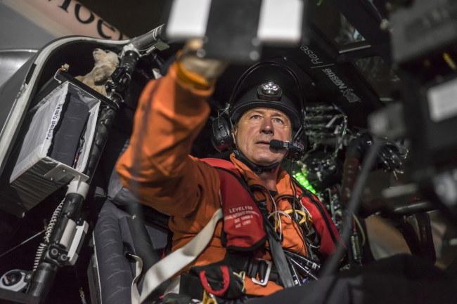 Za sterami samolotu siedzi pilot Andre Borschberg /SOLAR IMPULSE / JEAN REVILLARD / REZO / HANDOUT /PAP/EPA