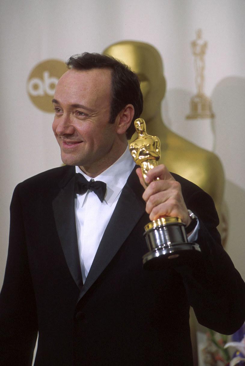 """Za swoje wybitne kreacje aktorskie gwiazdor dwukrotnie został nagrodzony Oscarem (za """"Podejrzanych"""" i """"American Beauty"""") /Getty Images/Flash Press Media"""