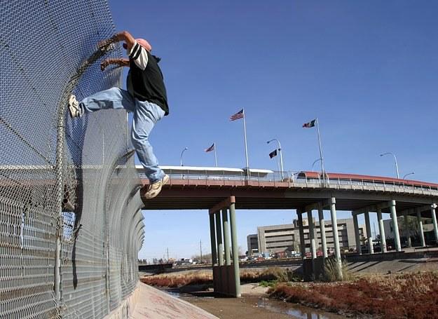 Za tym płotem są Stany Zjednoczone. Ludzi, którzy chcą się tam przedostać z Meksyku są tysiące /AFP