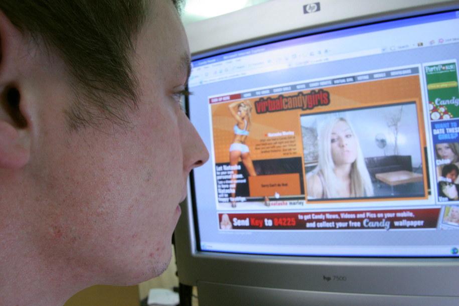 Za ukrytą reklamę pornografii do więzienia? /Richard Harding /PAP/EPA