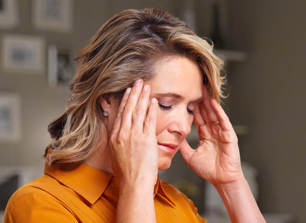 Za uporczywy ból głowy migrenika najczęściej odpowiedzialny jest aminokwas o nazwie tyramina /123RF/PICSEL