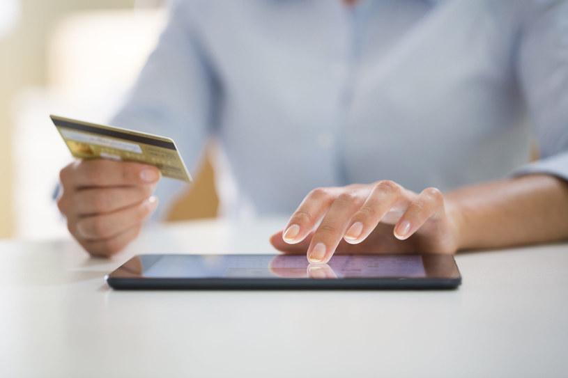 Za wysyłkę tradycyjnym listem trzeba dodatkowo zapłacić, dlatego sprawdź, czy nie masz takiej opcji u swoich usługodawców /123RF/PICSEL
