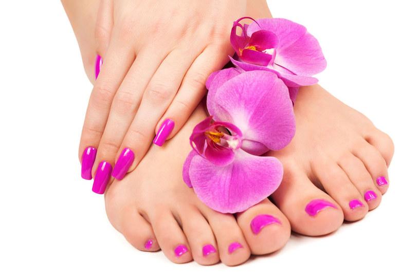 Za złą kondycję stóp odpowiedzialne są nie tylko zaniedbania w pielęgnacji, ale także twarde i ciepłe obuwie /123RF/PICSEL