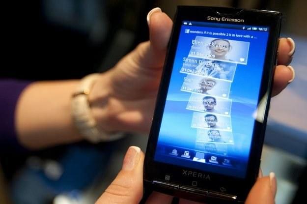 Zaawansowane smartfony - jeden z czynników napędzających internet w Polsce /AFP