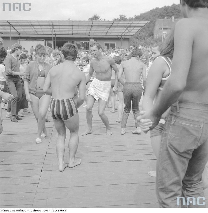 Zabawa taneczna na terenie ośrodka. Widoczni ludzie w strojach plażowych podczas tańca (1969) /Narodowe Archiwum Cyfrowe /INTERIA.PL