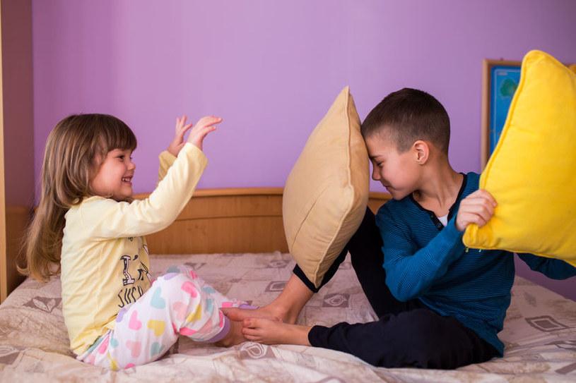 Zabawa zwykle rozładowuje napięcie. Pozwólmy dzieciom na takie szaleństwa /123RF/PICSEL