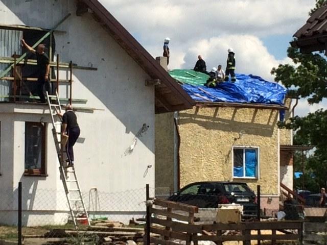 Zabezpieczanie domów uszkodzonych przez żywioł /Kuba Kaługa (RMF FM) /RMF FM