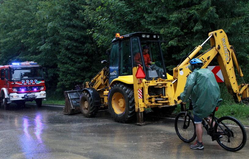 Zabezpiecznia trasy etapu TdP, która została podmyta przez deszcz /Grzegorz Momot /PAP