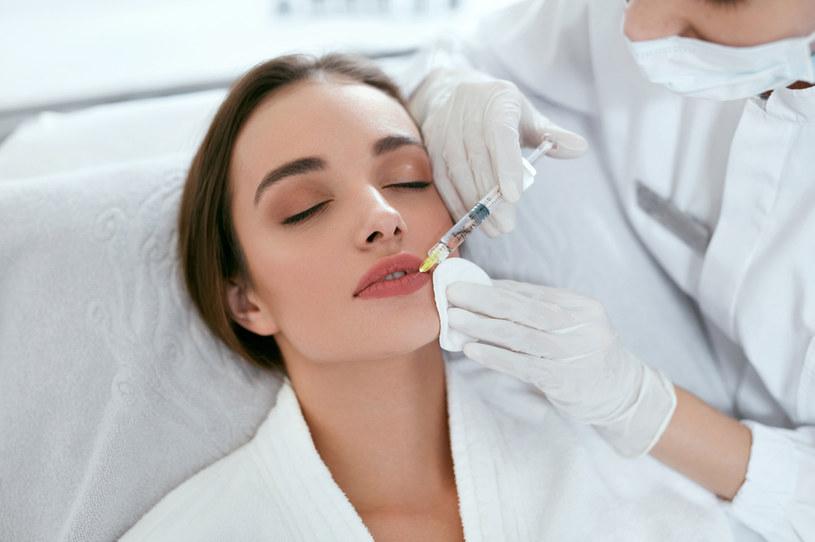 Zabieg powiększania ust kwasem hialuronowym trwa od 25 do 40 minut /123RF/PICSEL