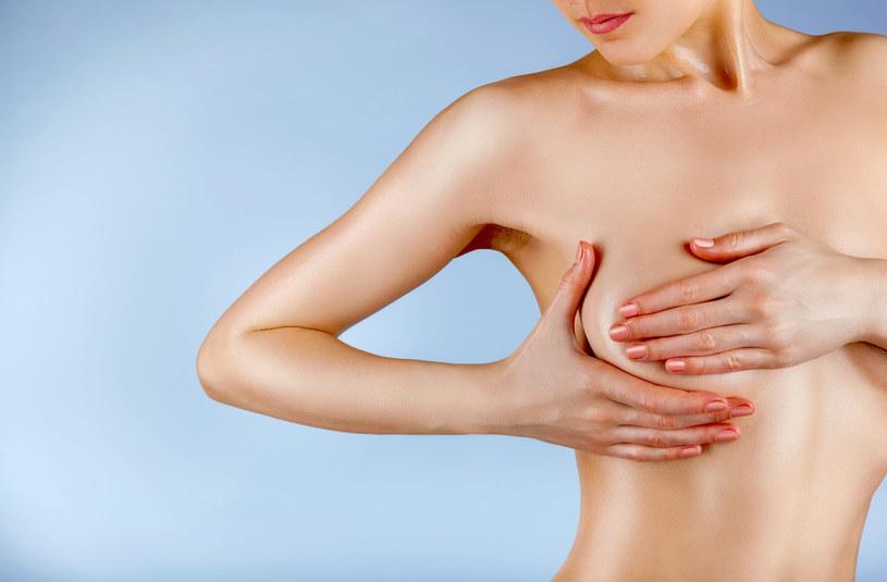 Zabieg powiększenia piersi może być wykonany na dwa sposoby, przy użyciu implantów, które umieszczane są bezpośrednio pod gruczołem piersiowym lub pod mięśniem, lub z użyciem własnej tkanki tłuszczowej /123RF/PICSEL