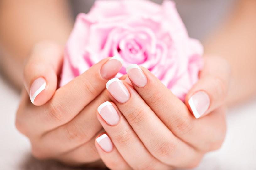 Zabieg z żelatyną na paznokcie wykonuj co trzy dni /123RF/PICSEL