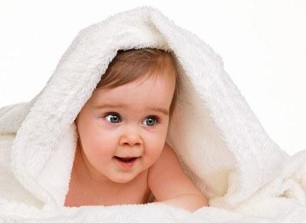 Zabiegi pielęgnacyjne wokół główki dziecka wymagają sporo uwagi i czasu /© Panthermedia