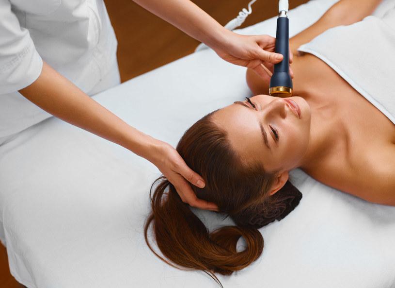 Zabiegów z wykorzystaniem wypełniaczy nie powinnaś wykonywać u kosmetyczki /123RF/PICSEL
