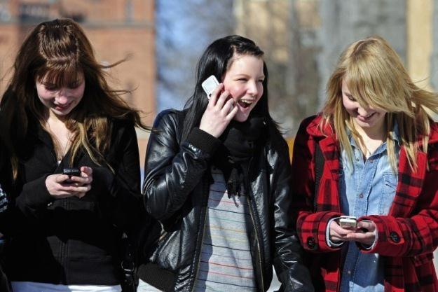 Zabrać nastolatkom komórkę - najgorsza z możliwych kar /AFP