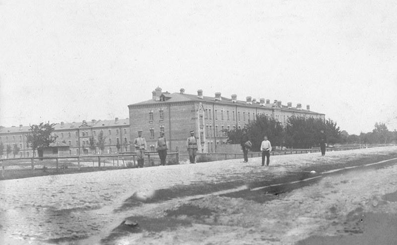 Zabudowania dawnych koszar zaadaptowane na obóz koncentracyjny /domena publiczna