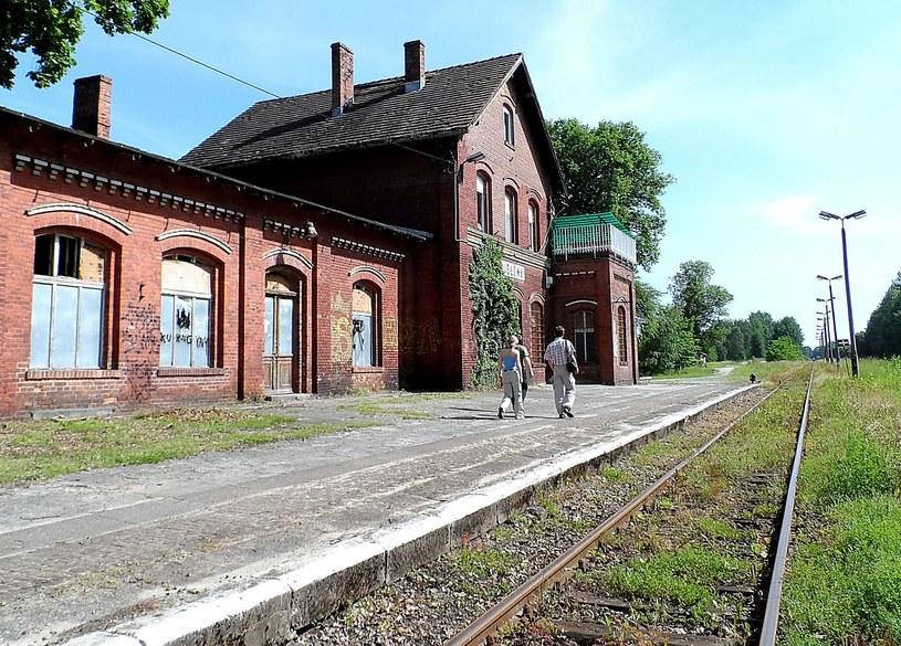 Zabudowania niewielkiej dzisiaj stacyjki kolejowej Jełowa koło Opola /Odkrywca