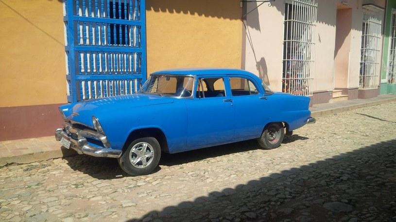 Zabytkowe auta można spotkać na Kubie niemal na każdym kroku /Styl.pl