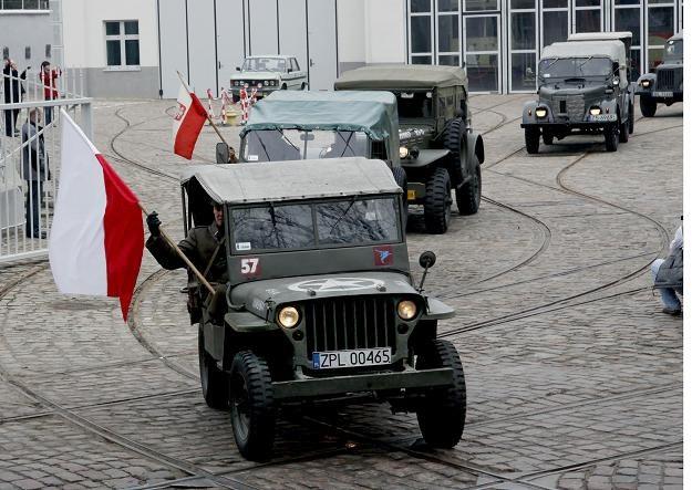 Zabytkowe pojazdy wyruszyły 15 marca śladami polskich żołnierzy / fot. Jerzy Undro /PAP