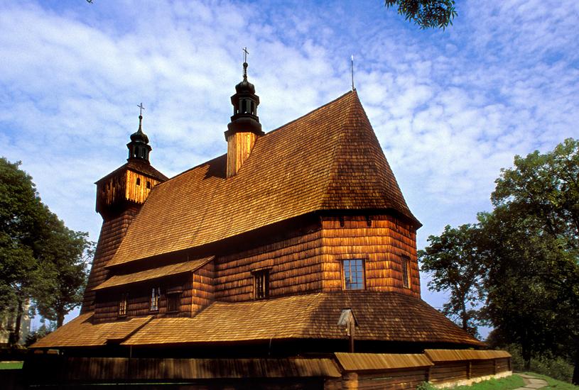 Zabytkowy drewniany kościół gotycki w Haczowie w pobliżu Krosna z XIV wieku z podcieniami. W środku fragmenty polichromii gotyckiej /Marek Skorupski /Agencja FORUM