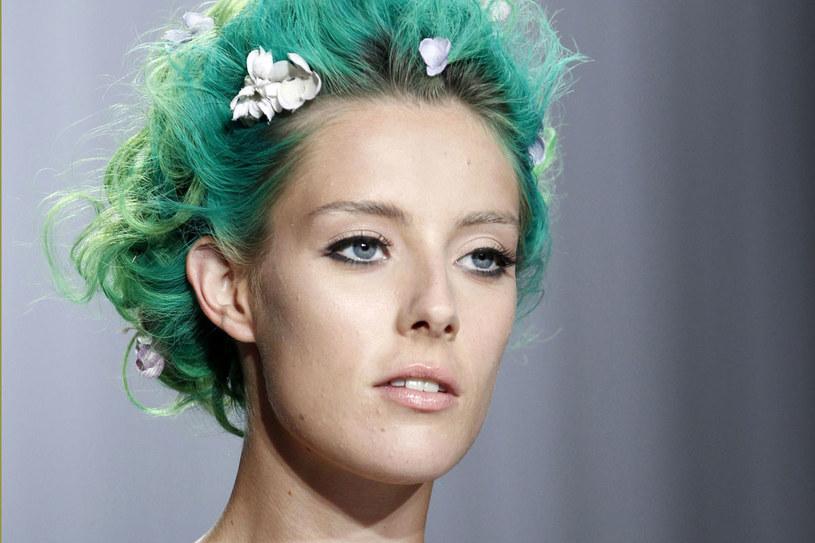 Zac Posen pomalował modelkom włosy na zielono /East News/ Zeppelin