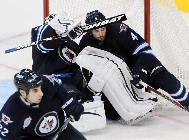 Zach Bogosian (z prawej) i Ondrej Pavelec bronią bramki Winnipeg Jets /AFP