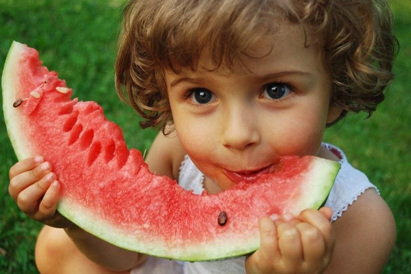 zachęcanie dzieci do jedzenia /© Photogenica